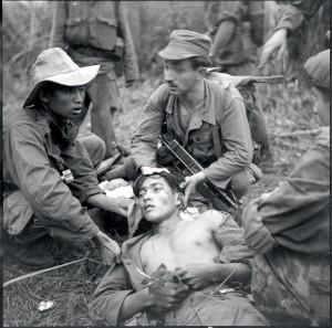 Soins médicaux prodigués aux blessés, vraisemblablement du 8e bataillon de chasseurs parachutistes (BCP), dans le secteur de Son Tay, Indochine 15-30 avril 1951 © ECPAD / Paul Corcuff