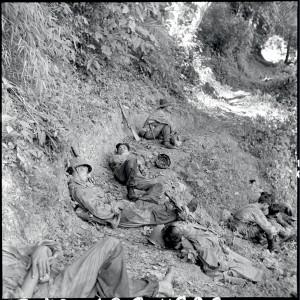 Parachutistes vietnamiens, combattants pour l'Union française, lors de leur retraite de Tu Lé vers la Rivière noire. Epuisés après plusieurs jours de marche sans sommeil et poursuivis par une division viêt-minh, ils dorment sur un chemin, à même le sol. Indochine 20-23 octobre 1952 © ECPAD / Paul Corcuff
