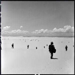 """Opération """"Camargueé en Centre-Viêtnam, dans la région côtoère de Quang Tri : progression d'unités parachustistes après leur largage. Indochine, 28 juillet 1953 © ECPAD / Paul Corcuff"""