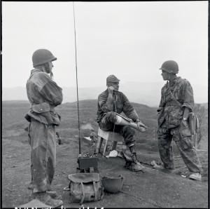 Le 16 juin, trois jours après le déclenchement de la bataille de Diên Biên Phu, les hommes du 6e bataillon de parachustistes coloniaux (BPC) du commandant Bigear (icià la radio) ont été parachutés au sud du camp retranché © ECPAD / Daniel Camus / Jean Péraud