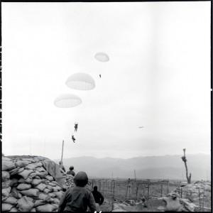 """Les parachutistes vont atterrir près d'un blockhaus du point d'appui sud, à proximité du centre de résistance """"Isabelle"""" © ECPAD / Daniel Camus / Jean Péraud"""
