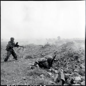 Attaque d'une position viêt-minh au sud de Diên Biên Phu, 27 mars 1954 © ECPAD / Daniel Camus / Jean Péraud