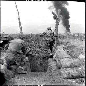 La contre-attaque se dessine et deux soldats repartent à l'assaut, 16 ou 17 mars 1954 © ECPAD / Daniel Camus / Jean Péraud