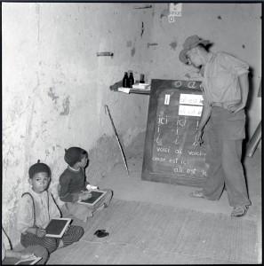 Au poste de Si-Ameur, un instituteur, rappelé de la classe 52/2, fait la classe aux enfants du village, Algérie, 1er octobre 1956 © ECPAD / Claude Cuny