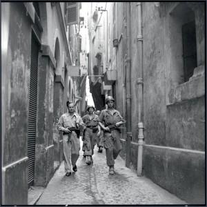 Patrouille menée par la police et des hommes du 9e régiment des zouaves (RZ) lors des opérations de quadrillage de la Casbah et du 9e arrondissement destinées à endiguer la vague de terrorisme sévissant à Alger, Algérie, 29 juin 1956 © ECPAD / Claude Cuny