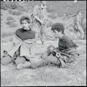 Deux recrues du FLN faites prisonnières au cours d'une opération au nord-est de Guelma, dans le Beni-Mezzeline, lors de leur tentative de franchissement de la frontière tunisienne, Algérie, 28 mars 1958 © ECPAD / Marc Flandrois