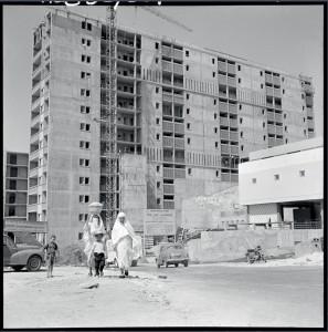 L'habitat en Algérie, dans le cadre du plan de Constantine. D'importants chantiers sont lancés dans les banlieurs, en particulier à Alger ou les bidonvilles sont détruits afin d'y être remplacés par de grands ensembles © ECPAD / Marc Flandrois