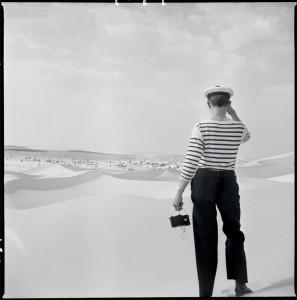 Un marin muni d'un appareil photographique observe la ville de Lagouat, aux portes du désert saharien, Algérie, 1960 © ECPAD / Marc Flament