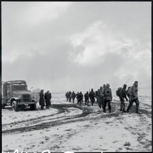 """Opération """"Youks"""" dans les Nementchas, à proximité de Youks-les-bains. Conduite par le 3e RPC, elle vise à intercepter les combattants rebelles qui passent la frantière tunisienne dans le secteur de Tébessa, Algérie, février 1958 © ECPAD / Marc Flament"""