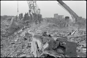 Des grues déblaient les décombres du poste Drakkar pendant que les soldats français recherchent les corps des victimes et leurs effets personnels, Beyrouth, 25 octobre 1983© ECPAD / Joël Brun