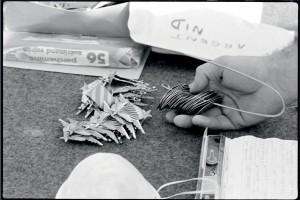 Les brevets parachutistes et les plaques d'identité des cinquant-huit victimes de l'attentat du poste Drakkar ont été retrouvés dans les décombres de l'immeuble, Beyrouth, 25 octobre 1983© ECPAD / Joël Brun