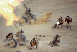 """Tir d'une sectoin de mortiers lourds de 120 mm au cours de l'opération """"Tempête du désert"""", Irak, février 1991© ECPAD / Yann le Jamtel"""