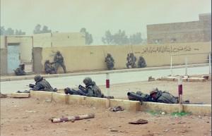 Un groupe de combat du 3e régiment d'infanterie de marine (RIMa) dans une rue d'Al-Salman,Irak,  26 février 1991© ECPAD / Michel Riehl