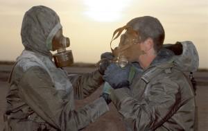 Lors d'un exercice de lutte contre les agents NBC (Nucléaires, bactériologiques et chimiques) au camp du roi Khaled, deux soldats s'entraînent aux procédures de port de la tenue de protection, Arabie Saoudite, novembre 1990© ECPAD / Michel Riehl