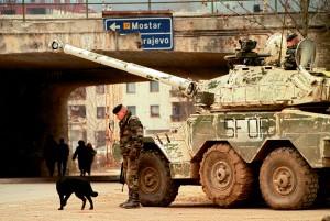 Marsouins du régiment d'infanterie chars de marine (RICM) et leur blindés ERC-90 Sagaie en poste d'observation dans la proche banlieue de Sarajevo, Bosnie-Herzégovine, 28 janvier 1997 © ECPAD / Adjudant-Chef Janick