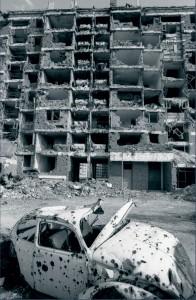 Immeubles pilonnés du quartier de Dobrinja, face à l'aéroport de Sarajevo. Même dans ces maisons très endommagées par les tirs d'artillerie pendant la guerre, la vie continue, Bosnie-Herzégovine, avril 1997 © ECPAD / Adjudant Dominique