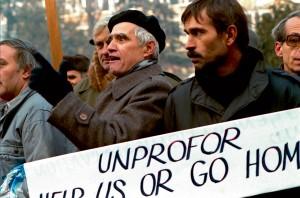 Manifestation d'habitants de Sarajevo devant la présidence bosniaque, à l'occasion de la visite du secrétaire général de l'ONU; ils expriment leur lassitude devant l'inefficacité de l'intervention des casques bleus dans le conflit © ECPAD / Claude Savriacouty
