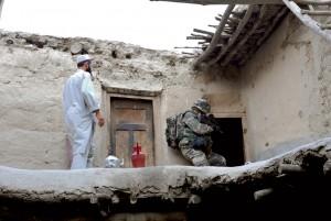 Contrôle de zone dans la vallée d'Afghanya. Fouille du 8e régiment parachutiste d'infanterie de marine (RPIMa) dans une maison, Afghanistan, août 2008 © ECPAD / Caporal-Chef Jérôme