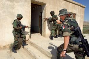 Formation des officiers afghans au combat urbain sur les conseils d'un officier français, Afghanistan, 24 avril 2007 © ECPAD / Adjudant-chef Vincent