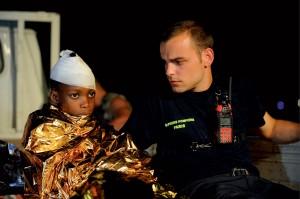 Evacuation de nuit de rescapés du tremblement de terre par les sapeurs-pompiers de Paris, Port-au-Prince, nuit du 21 au 22 janvier 2010 © ECPAD / Caporal-chef Jérôme