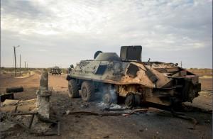 Epave d'un blindé BTR-60 appartenant aux djihadistes détruit par l'aviation française devant l'aéroport de Gao, Mali, 26 janvier 2013 © ECPAD / Caporal-chef Ghislain