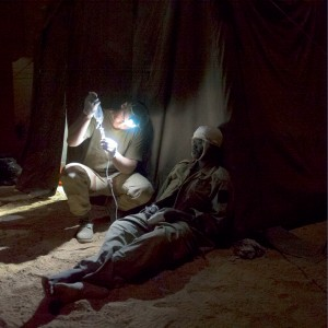 Suite à des combats violents dans Ifhogas, le module de chirurgie vitale (MCV) de Tessalit reçoit 66 militaires tchadiens blessés au combat. Ils sont pris en charge par le personnel médical français, Mali, 22 février 2013 © ECPAD / Caporal-chef Ghislain