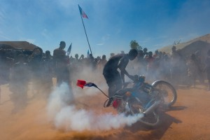 Un habitant du port de Korioume fait fumer sa moto pour fêter le départ des islamistes, Mali, 29 janvier 2013 © ECPAD / Second maître Jérémy