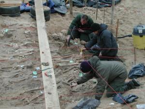 Limite Ouest de la zone d'inhumations traitée par l'équipe française. Le dégagement de chaque ossement et donc de chaque squelette se fait de façon très fine à l'aide de pinceaux et d'outils de dentiste, avec le soutien d'un aspirateur pour évacuer les sédiments © UMR 7268 ADES AMU-EFS-CNRS