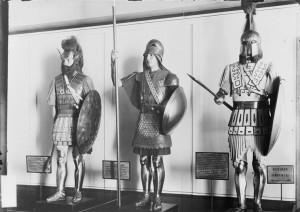 Mannequins n° 1, 2 et 3 de la Galerie des costumes de guerre du musée de l'Armée, guerriers grecs © Paris - Musée de l'Armée, Dist. RMN-Grand Palais / image musée de l'Armée