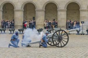 Fête de la Sainte-Barbe 2011, démonstration avec un canon de 75 de la Première Guerre mondiale © Musée de l'Armée / Christophe Chavan