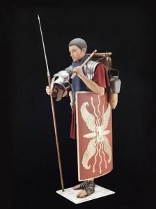 Soldat romain en position de marche, avec son équipement © Paris - Musée de l'Armée, Dist. RMN-Grand Palais / Emilie Cambier