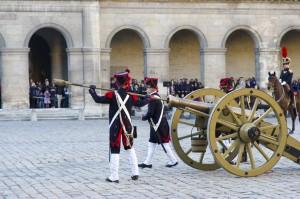 Fête de la Sainte-Barbe 2013, démonstration avec un canon du système Gribeauval © Musée de l'Armée / Anne-Sylvaine MARRE-NOËL