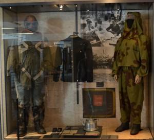 Femme tireur d'élite soviétique en tenue camouflée type « amibes » sur le front russe en 1943, dans sa vitrine, salle Seconde Guerre mondiale © Paris, musée de l'Armée / Chloé Berard