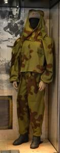 Femme tireur d'élite soviétique en tenue camouflée type « amibes » sur le front russe en 1943 © Paris, musée de l'Armée / Chloé Berard