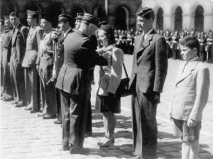 Paris, cour d'Honneur des Invalides, 18 juillet 1946, le général Legentilhomme remet la croix de la Libération à Laure Diebold © Coll. Daniel Cordier