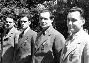 Londres, 14 juin 1944, décorations de Raymond Basset, Michel Pichard, André Jarrot et Pierre Guilhemon (mission Armada) © musée de l'ordre de la Libération / DR.
