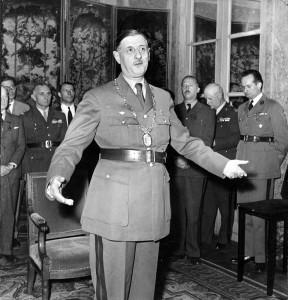 Paris, 31 août 1947, le général de Gaulle reçoit le collier de grand-maître de l'ordre de la Libération © musée de l'ordre de la Libération / DR