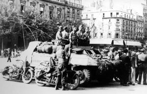 Paris, 26 août 1944, mise en place du 1er RMSM pour la réception du général de Gaulle, place de l'Hôtel de Ville © musée de l'ordre de la Libération / DR