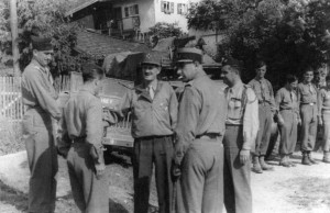 Reichling, Allemagne, 1945, la section d'obusiers de 75 du RMT autour du général Leclerc © musée de l'ordre de la Libération / DR