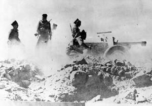 Une pièce de 75 mm en action à Bir-Hakeim © musée de l'ordre de la Libération / DR