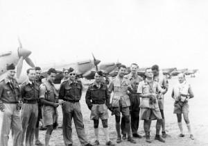 Le groupe de chasse Alsace sur le terrain de Fuka, Libye, mai 1942 © musée de l'ordre de la Libération / DR