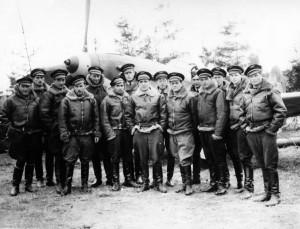 Les pilotes du Normandie autour du commandant Pouyade après les combats pour la libération de Smolensk, Sloboda (URSS), 1943 © musée de l'ordre de la Libération / DR
