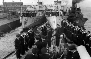 Le général de Gaulle passe en revue l'équipage de l'Aconit lors de la remise de la croix de le Libération, Greenoch, 19 avril 1943 © musée de l'ordre de la Libération / DR