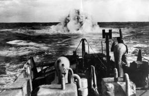 La corvette Aconit effectuant une opération de grenadage © musée de l'ordre de la Libération / DR