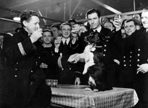 L'équipage du Rubis à l'occasion de la remise de la Valiant Dog au chien mascotte Bacchus en mars 1942 © musée de l'ordre de la Libération / DR