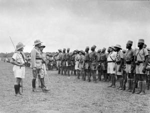 Le général de Larminat passe en revue le BM 2 à Bangui en 1941 © musée de l'ordre de la Libération / DR