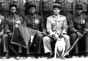 L'adjudant-chef Mouniro, à gauche du commandant Amiel, tient le fanion du bataillon © musée de l'ordre de la Libération / DR