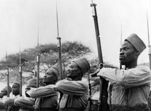 Les tirailleurs du BM 3 lors de la visite du général de Gaulle à l'Oued des Singes, Erythrée, 30 mars 1941 © musée de l'ordre de la Libération / DR