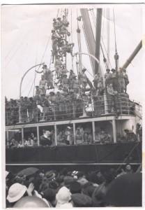 Départ des volontaires du Pacifique sur le Zeelandia, Nouméa, 5 mai 1941. Photographie de Fred Dunn © Jean Tranape
