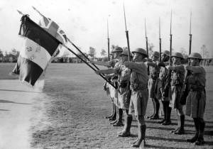 Remise du drapeau du Bataillon d'Infanterie de Marine, Ismaïlia (Egypte), 25 août 1940 © musée de l'ordre de la Libération / DR